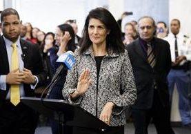 Nikki Haley, (c) se dirige a los periodistas en la sede de la ONU en Nueva York.(EFE).