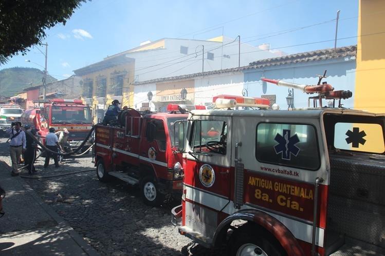 Socorristas controlan incendio en negocio en Antigua Guatemala, Sacatepéquez. (Foto Prensa Libre: Miguel López)