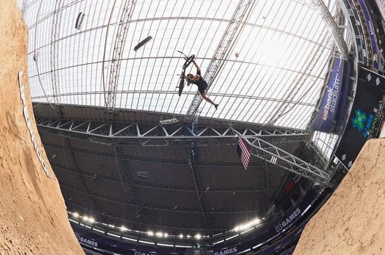 Matt Cordova, hace una maniobra en las pruebas de BMX. (Foto Prensa Libre: X Games)