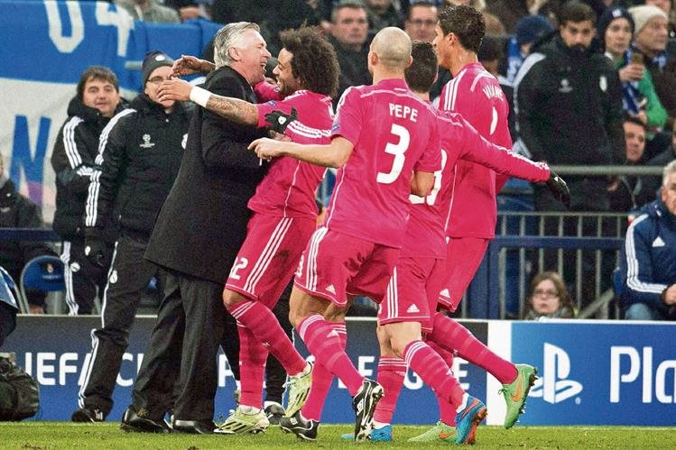 Marcelo festeja junto a sus compañeros y Carlo Ancelotti el segundo gol merengue. (Foto Prensa Libre: EFE).
