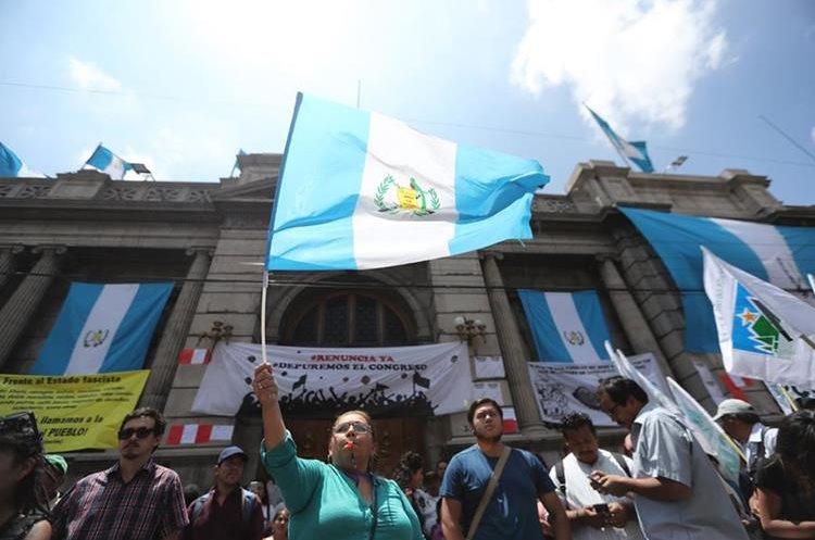 Estudiantes de la Universidad de San Carlos y organizaciones campesinas protestaron esta semana frente al  Congreso de la República en contra de que ese organismo aprueben las reformas a la Ley en Materia de Antejuicio. (Foto Prensa Libre: Érick Ávila)
