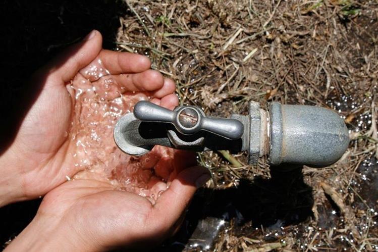 Informe de la PDH reporta hallazgos en el líquido que se distribuye en la colonia El Maestro, zona 15. (Foto Prensa Libre: Hemeroteca PL)