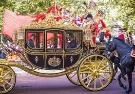 La reina Isabel II regularmente viaja en un carruaje con el jefe de Estado extranjero hacia el Palacio de Buckingham, la casa de la monarca británica. AFP