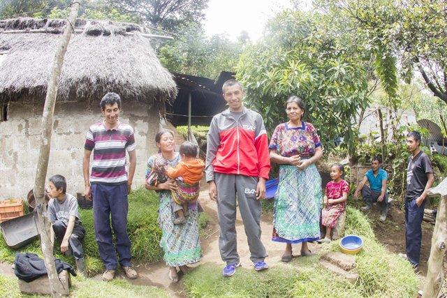González posa junto a su familia. (Foto Prensa Libre: Norvin Mendoza)