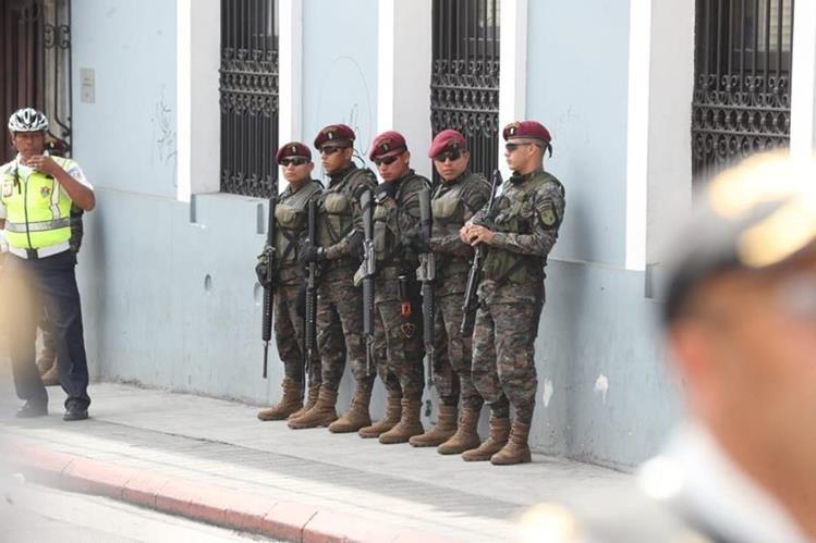 Miembros del ejército conforman en tercer anillo de seguridad que resguarda el Congreso. (Foto Prensa Libre: Juan Diego González)
