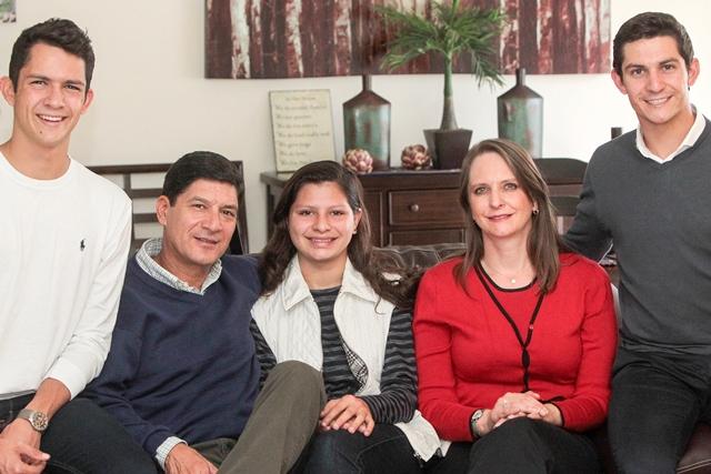 La familia Fernández Wanke mostró su alegría por la designación de Charles como el mejor del año. (Foto Prensa Libre: Norvin Mendoza).
