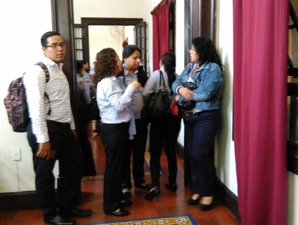 Trabajadores de El Correo esperan solventar su situación laboral. (Foto Prensa Libre: Sandra Vi).