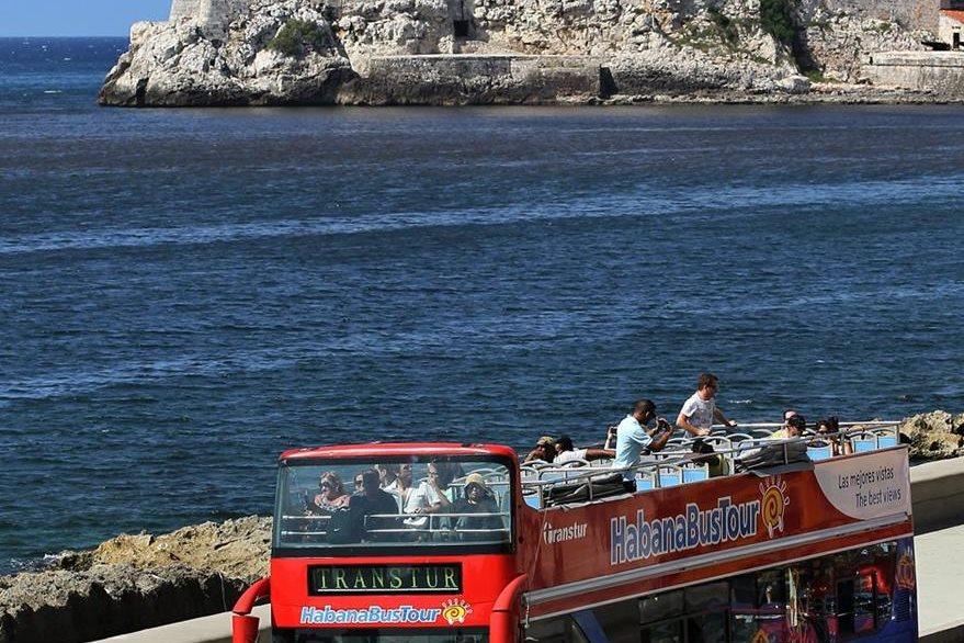 Turistas viajan en un autobús panorámico en La Habana. (Foto Prensa Libre: EFE).