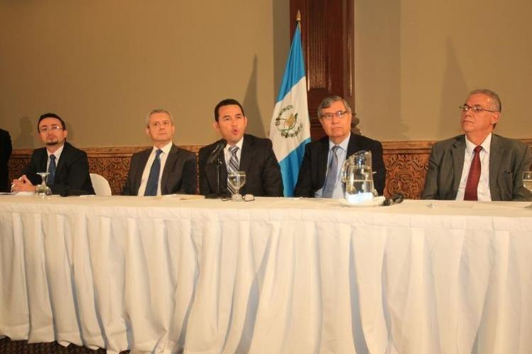 Erasmo Beltetón Morales, primero desde izquierda, será uno de los cinco que dirigirá la transición de Gobierno. (Foto Prensa Libre: Esbin García)