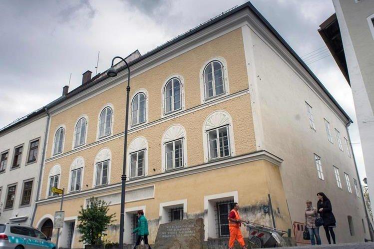 Esta es la casa en donde nació Adolfo Hitler en Braunau am Inn, Austria. (Fotos Prensa Libre: AFP).