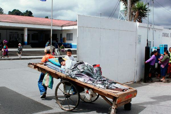 Momento cuando Luis Ángel Borja ingresa a su conviviente en el Hospital Nacional de Chimaltenango. (Foto Prensa Libre: Víctor Chamalé)