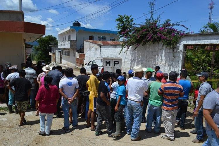 Testigos aseguraron que tres sujetos ingresaron armados al inmueble.(Foto Prensa Libre: Mario Morales)