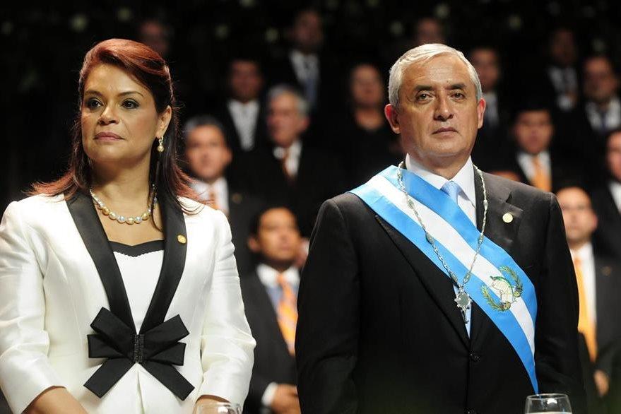 Baldetti junto a Otto Pérez Molina durante la toma de posesión en 2012. Por su implicación en defraudación aduanera renunció al cargo en mayo de 2015. (Foto: EFE)