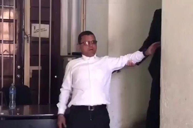 Empleado de seguridad del Congreso es grabado ebrio en su lugar de trabajo. (Foto Prensa Libre: Video José Castro)