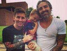 Lionel Messi comparte con fanáticos durante su breve estadía en su natal Rosario, Argentina.