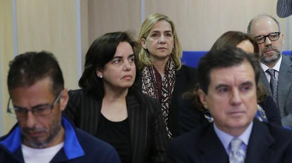 """<span class=""""hps"""">La Infanta Crisitna escucha junto 16 acusados los cargos en el histórico juicio. (Foto Prensa Libre:AFP).</span>"""
