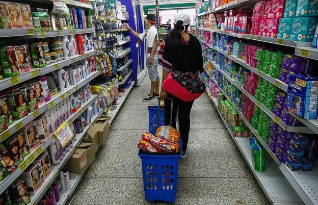 Las estanterías lucen repletas en los supermercados de Cúcuta. GETTY IMAGES