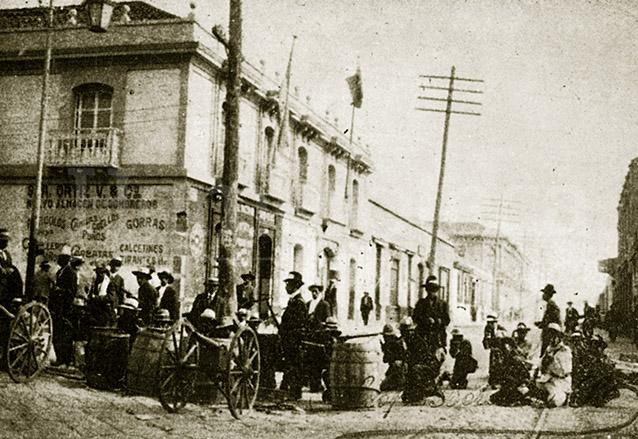 Vista de las 6a. avenida y 11 calle zona 1 durante la llamada Semana Trágica del 8 al 15 de abril de 1920 días antes de la caída de Estrada Cabrera. (Foto: Hemeroteca PL)