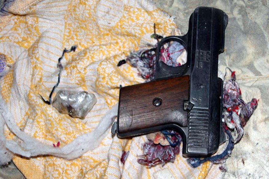 Arma localizada durante el operativo. (Foto Prensa Libre: Carlos Ventura).