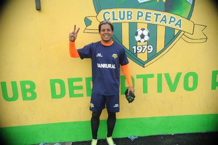 El guardameta costarricense Víctor Bolívar espera ser determinante con Petapa para el Apertura 2017, como lo fue con Antigua GFC (Foto Prensa Libre: Edwin Fajardo)