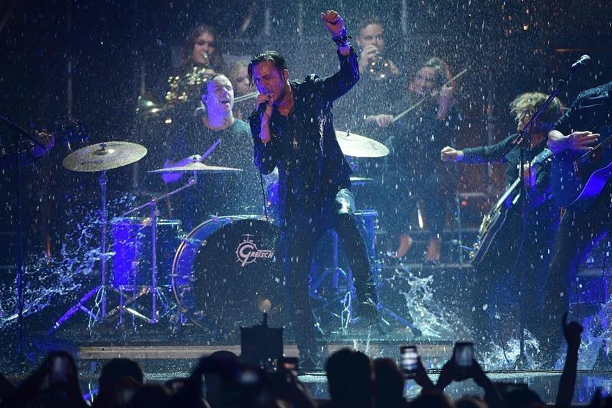 La banda estadounidense OneRepublic acutó durante los MTV Europe Music Awards (EMA). (Foto Prensa Libre: AFP)