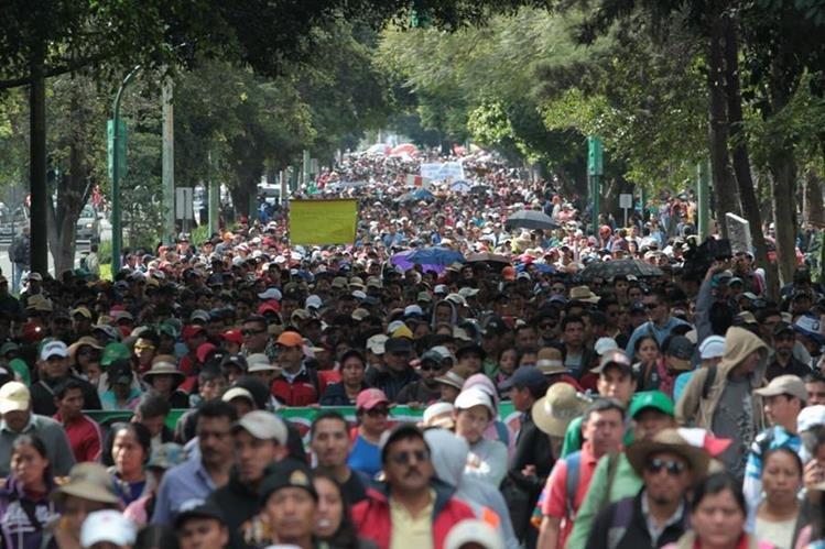 Unos cinco mil maestros del país llevan a cabo una marcha en demanda de 11 peticiones al gobierno y autoridades de Educación. (Foto Prensa Libre: Erick Ávila)