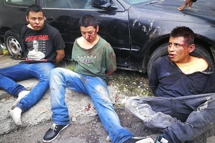 Los tres capturados son sindicados del homicidio de un hombre en un sector de Villa Lobos 2. (Foto Prensa Libre: Estuardo Paredes)