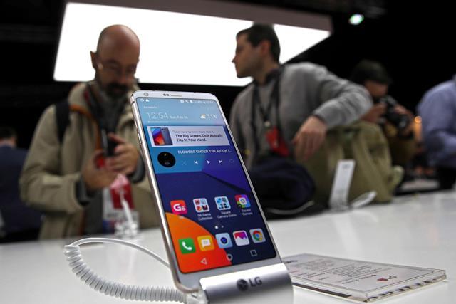 LG expone en el Congreso Mundial de Móviles su nuevo G6. Es un Android metálico sumergible con doble cámara y pantalla de 5.7 pulgadas. (Foto Prensa Libre: EFE)