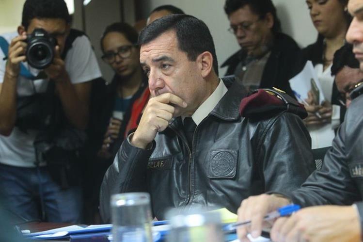 Ministro de la Defensa dijo a los diputados que el bono de responsabilidad lo pagan desde el 2005. (Foto Prensa Libre: Álvaro Interiano)