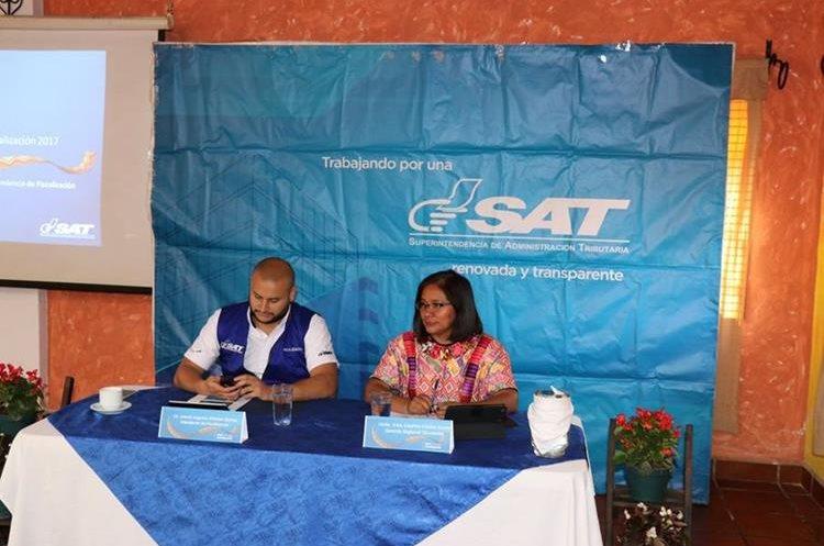 El intendente de la SAT y jefa de la Oficina Regional Occidente informan sobre la fiscalización masiva. (Foto Prensa Libre: Héctor Cordero)