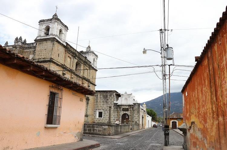 En el Barrio de la Escuela de Cristo, Antigua Guatemala, el tendido eléctrico será cambiado por uno subterráneo. (Foto Prensa Libre: Julio Sicán)