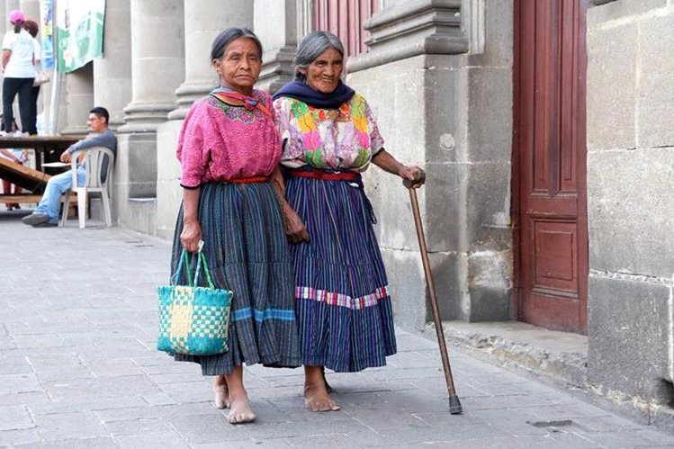 María López junto a su hija piden ayuda en el Parque Central de Xela. (Foto Prensa Libre: Carlos Ventura)