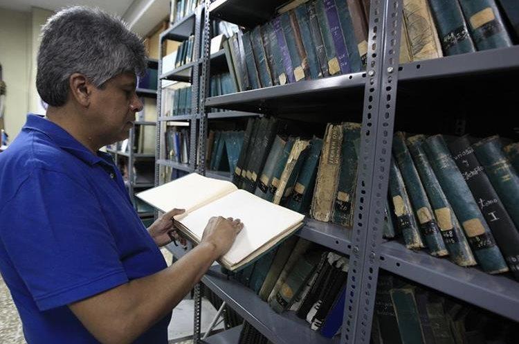Rafael Montoya, encargado de la biblioteca para no videntes lee uno de los libros en Braille.(Foto Prensa Libre: Carlos Hernández)