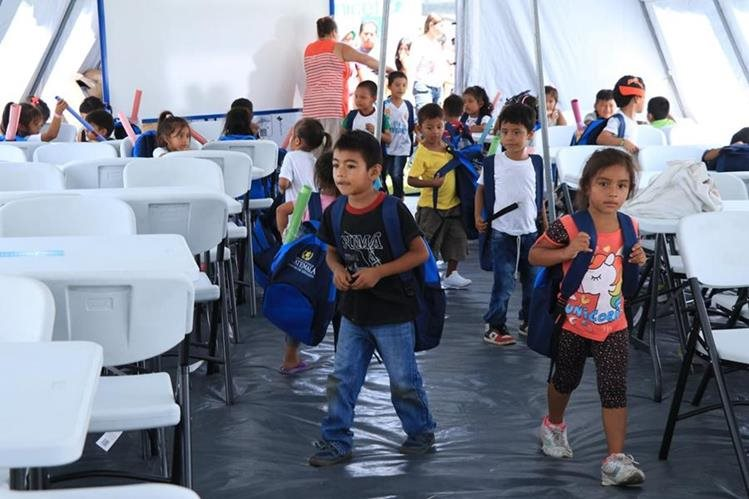 Niños damnificados por la erupción del Volcán de Fuego retomaron el ciclo escolar. Los menores volverán a clases en distintas jornadas, como medida para atender a toda la población estudiantil. (Foto Prensa Libre: Enrique Paredes)