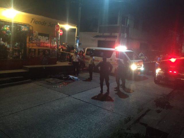 Autoridades acordonan el área donde quedó tendido el cadáver de la víctima. (Foto Prensa Libre: CVB)