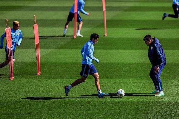 El asistente técnico del Atlético de Madrid German Burgos, observa y dirige el entrenamiento de los jugadores este lunes. (Foto Prensa Libre: AP)