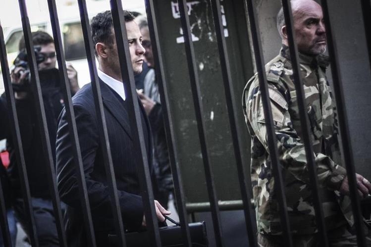 Este viernes la sentencia a Óscar Pistorius fue ampliada por segunda ocasión, la defensa del exatleta paralímpico aún no se ha pronunciado. (Foto Prensa Libre: AFP)
