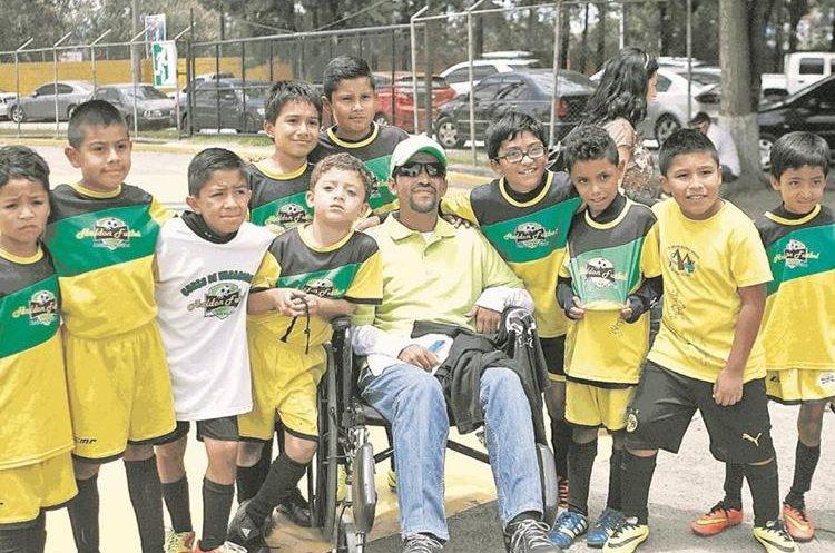 Luego de retirarse de la canchas, Bradley era entrenador en una academia, donde trasmitió sus conocimientos a cientos de niños. (Foto Prensa Libre: Hemeroteca PL)