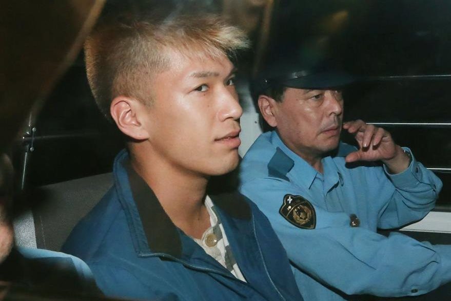 Satoshi Uematsu (izquierda), durante un traslado hacia la estación policial de Sagamihara. (Foto Prensa Libre: AFP).