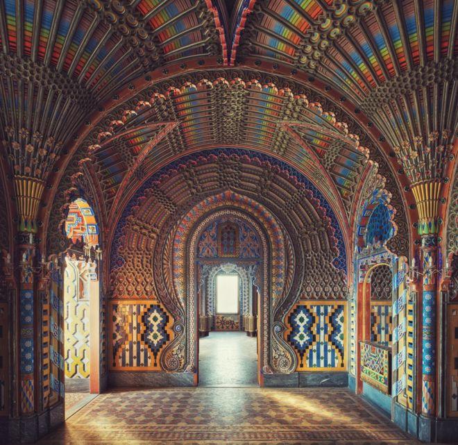 """La fotografía de Gina Soden es un refinado ejemplo de la arquitectura morisca en un castillo de la Toscana, en Italia. """"Estas habitaciones fueron todas diseñadas y pintadas a mano por un hombre que tuvo la visión de construir este bello palacio e inaugurarlo como un hotel"""", cuenta él mismo. GINA SODEN"""