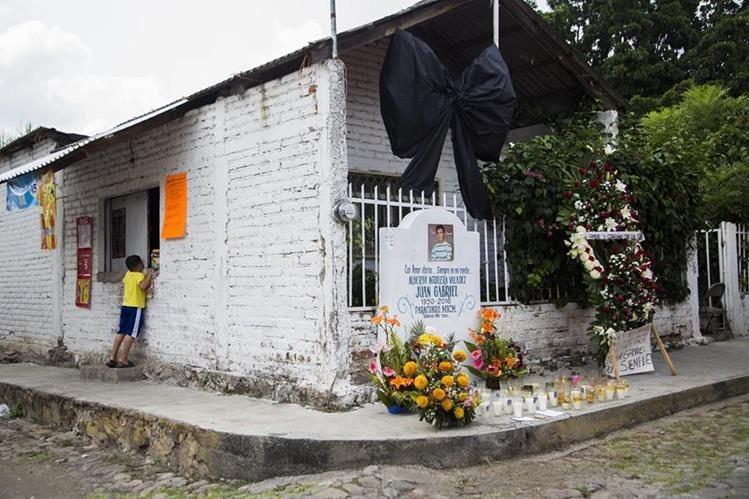 Un altar en honor del cantante Juan Gabriel en su pueblo natal, Parácuaro, Michoacán. (Foto Prensa Libre: AFP)