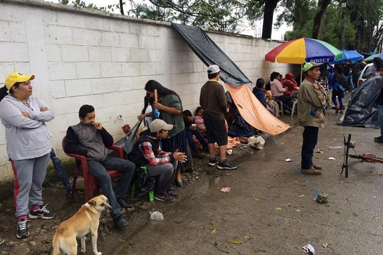 Algunos de los padres de familia que pernoctaron frente al Instituto Normal Mixto del Norte, en Cobán. (Foto Prensa Libre: Eduardo Sam).