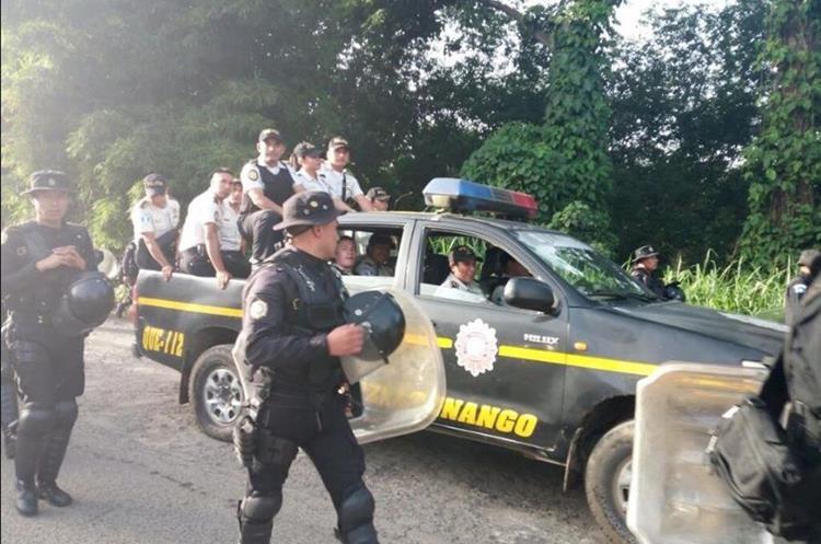 Agentes antimotines se preparan para desalojar a un grupo de inconformes, en el kilómetro 216.5, Coatepeque, Quetzaltenango, en junio pasado. (Foto Prensa Libre: Hemeroteca PL)
