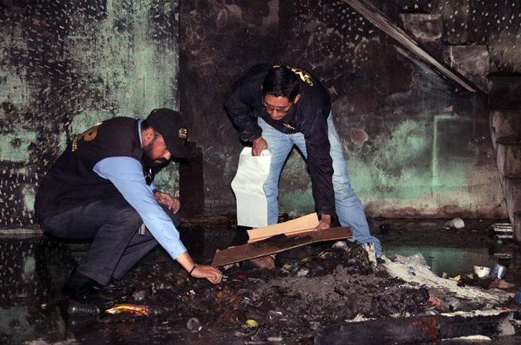 Peritos del MP recogen evidencias en el lugar del siniestro. (Foto Prensa Libre: Carlos Ventura)