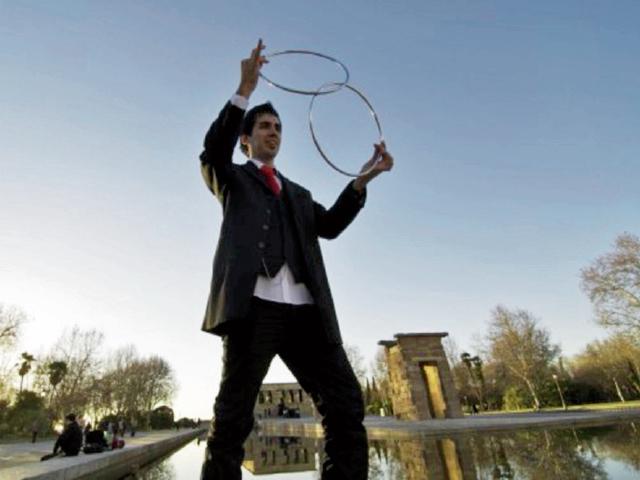 El ilusionista  español Adrián Vega intentará sorprender con actos de magia.