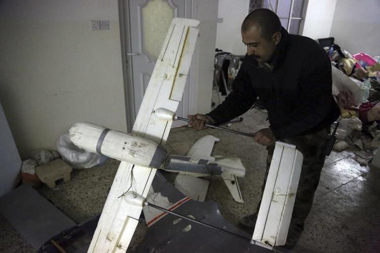 Un oficial iraquí muestra dron perteneciente al Estado Islámico en Mosul, Irak.(AP)