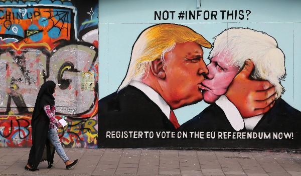 Donald Trump y Boris Johnson se besan en la boca en un mural en Bristol.(AFP).