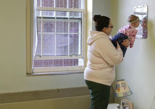 Jennifer Dumas sostiene a su hija, Codylynn, dentro de una celda en la correccional Bedford Hills de Nueva York. (Foto Prensa Libre: AP).
