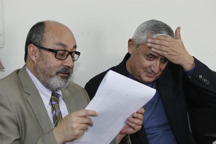 Moisés Galindo junto a Otto Pérez Molina. (Foto Prensa Libre: Archivo)