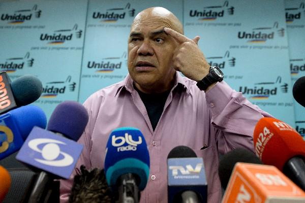 Jesús Torrealba, secretario general de la coalición habla con periodistas. (EFE).